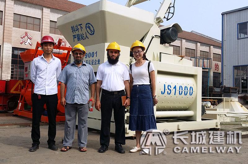 客户来厂参观js搅拌机设备厂区